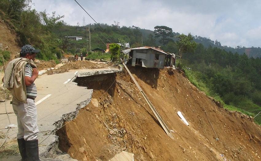 Халсема, Филиппины Когда асфальт на этой дороге заканчивается, она превращается в грунтовую тропинку, на которой иногда места едва хватает даже одному автомобилю. На дороге часто случаются оползни и горные обвалы. Кроме того, ограждения установлены лишь в отдельных местах трассы.