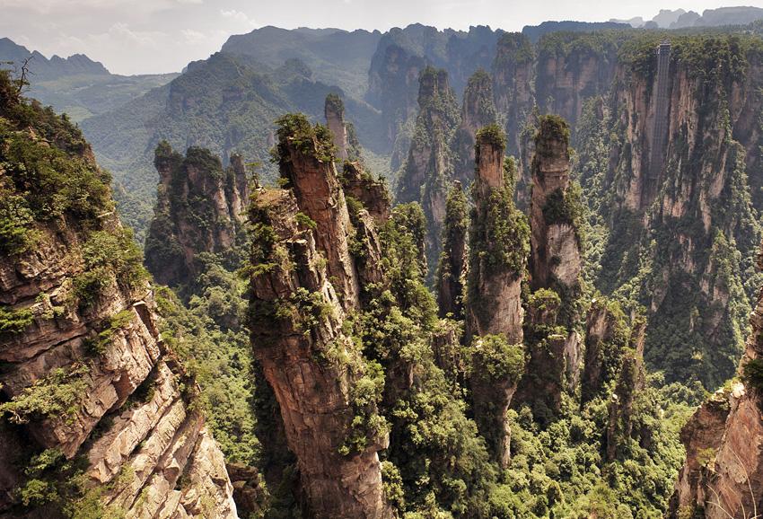 Чжанцзяцзе, Китай Природный парк находится на северо-западе провинции Хунань. Его территория охватывает 13 000 кв.км. Парк покрыт густыми зелеными лесами, соседствующими с тысячами гигантских столбов из кварцита и песчаника, ставшими прототипом пейзажа планеты Пандора в фильме «Аватар».