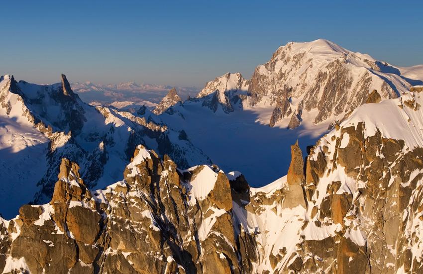 Монблан, Франция Массив в Западных Альпах возвышается на высоту 4810 метров. Длина массива составляет 50 км, а ширина — от 12 до 15 км. Монблан имеет сразу несколько пиков. Чтобы увидеть их во всей красе нужно правильно выбрать не столько место, сколько время суток: с первыми лучами солнца рельефная композиция из льда и снега преображается в невероятную картину, которая служит неиссякаемым источником вдохновения поэтам и художникам.