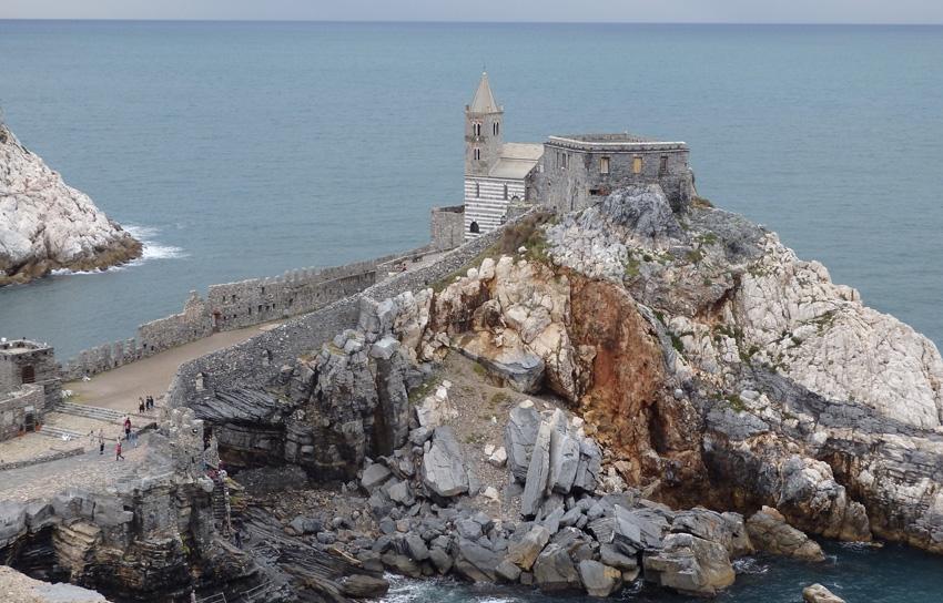 Портовенере, Италия Местный спот трудно пропустить — скала располагается прямо за церковью на берегу моря. Это одно из любимых мест прославленного хай-дайвера Орландо Дуке: именно здесь он снимал один из прыжков для своего фильма «9dives».