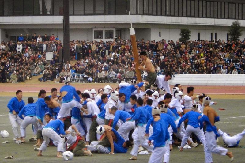 Ботаоши Игра была придумана в Японии в 1954-1955 гг. для поднятия боевого духа. Участвуют две команды по 75 игроков. Задача соперника — наклонить шест команды противника до угла в 30°. На это игрокам отводится всего 2,5 минуты.