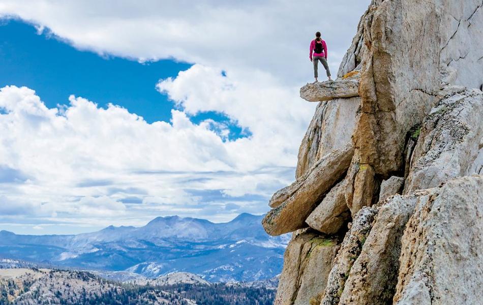 Йосемити Прошлый октябрь свободный путешественник Пикок и его жена, Сабина, путешествовали из Санта-Барбары к национальному парку Йосемити. План был таков: покорить одну из знаковых высот, гору Matthes Crest, и переночевать, закрепившись к скале.