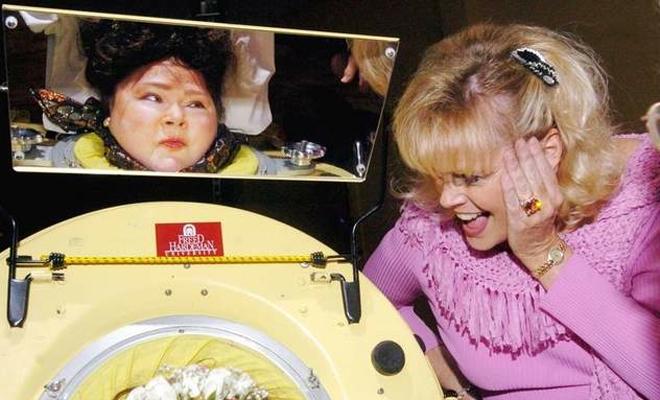 Железные легкие Почти 60 лет Диана Оделл провела, будучи подключенная к аппарату искусственного дыхания. Деформация позвоночника, случившаяся с ней из-за полиомиелита в возрасте трех лет, не позволяла Диане обходиться портативными гаджетами. Тем не менее Оделл сумела прожить насыщенную и полноценную жизнь. Женщина закончила университет и даже написала книгу, но в 2008 году питание машины все же дало сбой.
