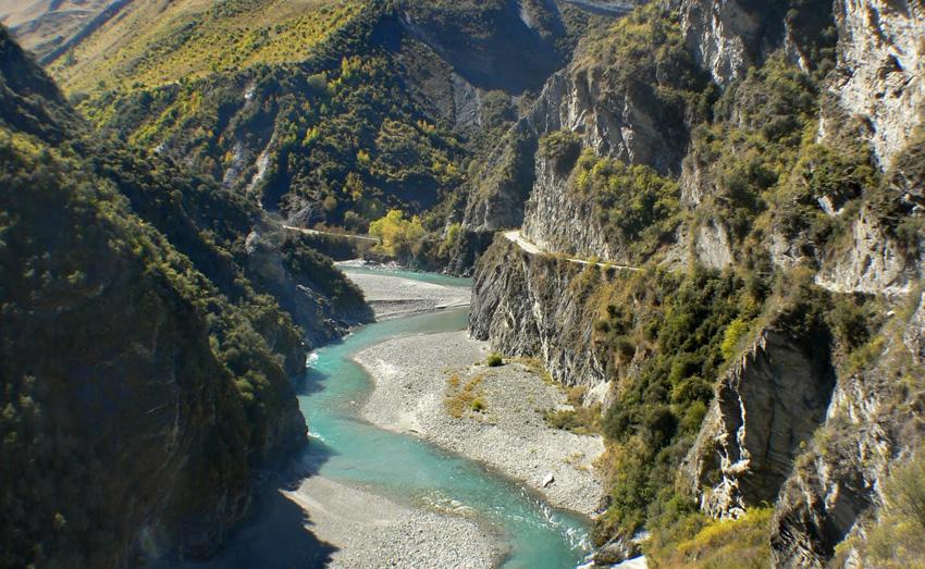 Дорога капитанов, Новая Зеландия Дорога была проложена золотоискателями, обнаружившими в 1862 году золото в реке Шотовер. Большинство участков дороги слишком узкие для того, чтобы на них могли разъехаться два автомобиля, при этом на большей части дороги ограждения отсутствуют.