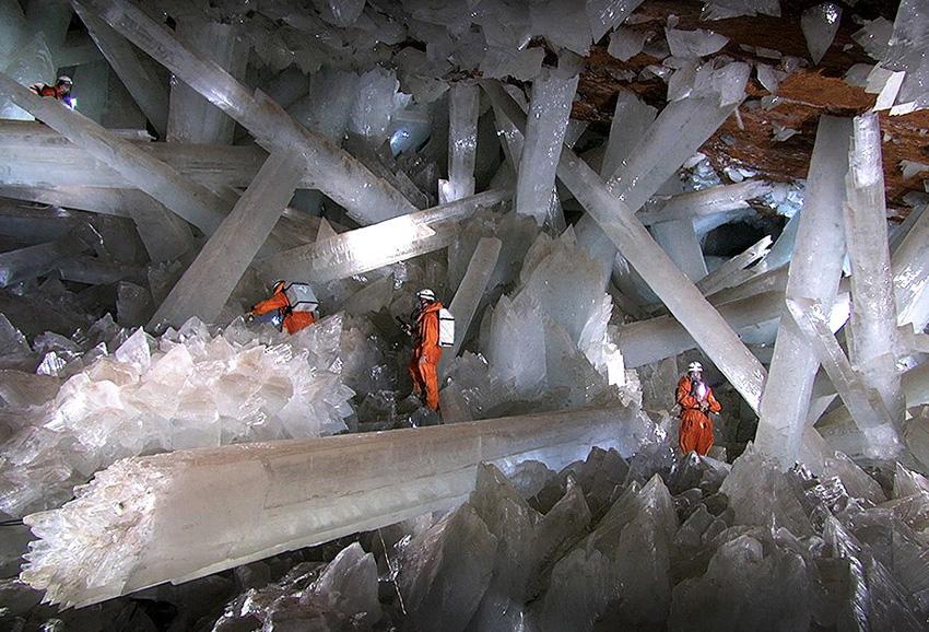 Пещера кристаллов, Мексика Известняковая пещера, обнаруженная случайно в 2000 году шахтерами, прокладывавшими новый туннель, достигает 11 метров в длину и 4 метра в ширину. Пещера заполнена крупнейшими в мире кристаллами селенита: они торчат там повсюду в разные стороны. Возраст их оценивается в 500 000 лет. Температура в пещере достигает 58 °C, а влажность — 90-100 %.