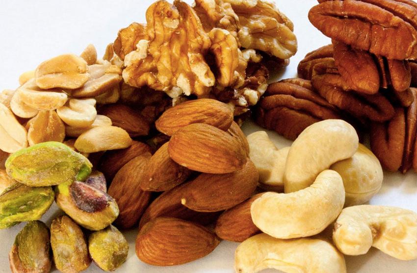 Бонус Миндаль, кешью, фисташки Этот набор является оптимальным выбором для тех, кто решил привести себя в форму и сесть на диету. Сочетание жирных кислот Омега-3, белков и клетчатки позволит чувствовать себя полными сил. Они помогут подавить аппетит и обеспечат чувство сытости. 28 грамм каждого из этих разновидностей орехов имеют примерно одинаковую калорийность. Орехи в упаковке менее полезные, поскольку обычно содержат различные добавки вроде масла или сахара. Употреблять их лучшего всего в сыром виде или слегка подсушенными.