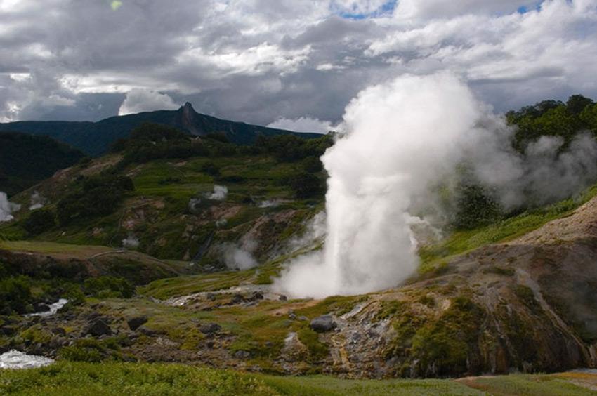 Великан, Камчатка, Россия Из самого большого гейзера Долины гейзеров вырывается фонтан горячей воды высотой до 35 метров. Пар от гейзера может подниматься на высоту до 300 метров. Извержение продолжается около двух минут. За это время гейзер выбрасывается в воздух около 25 000 литров воды.