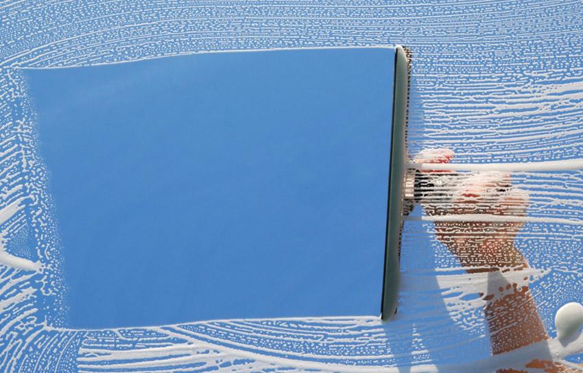 Мытье окон Мойка окон – долгий и трудоемкий процесс, особенно, когда для мытья используется комплект, состоящий из чистящего средства и бумажных полотенец. Если вы не готовы тратить на мытье окон уйму своего драгоценного времени, лучше воспользоваться специальной шваброй для стекол. В качестве очистителя можно использовать средство для мытья посуды. Его каплю необходимо развести в 3,8 литра воды, смочить ей ткань и протереть окно, а после этого пройтись по стеклу специальной шваброй. Альтернативой швабры для стекол может стать салфетка из микрофибры.