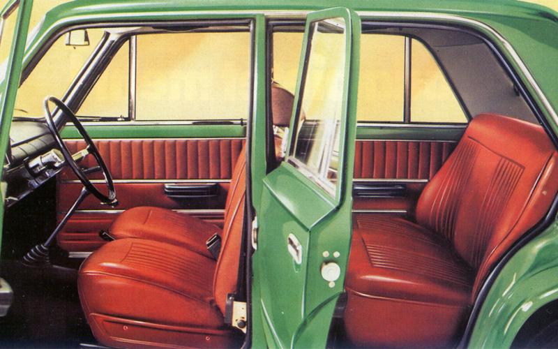 Плюсы Первый экземпляр ВАЗ-2101 выкатился с конвейера Волжского завода 19 апреля 1970 года. Это был настоящий прорыв: машина получилась тихой, удобной на дороге и в эксплуатации, она обладала целым рядом качеств, еще не реализованных на дорогах Советского Союза. Салон был признан одним из самых комфортных в своем классе — во многом благодаря до конца раскладывающимся сиденьям и общему объему.  Специалисты FIAT признали получившийся проект гораздо успешнее оригинала  Специалисты FIAT признали получившийся проект гораздо успешнее оригинала. Многие наработки были использованы итальянцами в других машинах: проселочные дороги Советского Союза дали «западникам» уникальную возможность оценить прочность своих разработок на экстремальной местности.