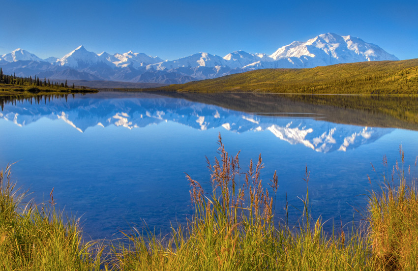 Мак-Кинли, Аляска На территории национального парке Денали, что находится на Аляске, расположена самая высока вершина Америки — гора Мак-Кинли, высотой 6193 метра. Двуглавая гора является магнитом как для альпинистов, так и для фотографов со всего мира, пытающихся запечатлеть вершину на фоне озера Вондер.