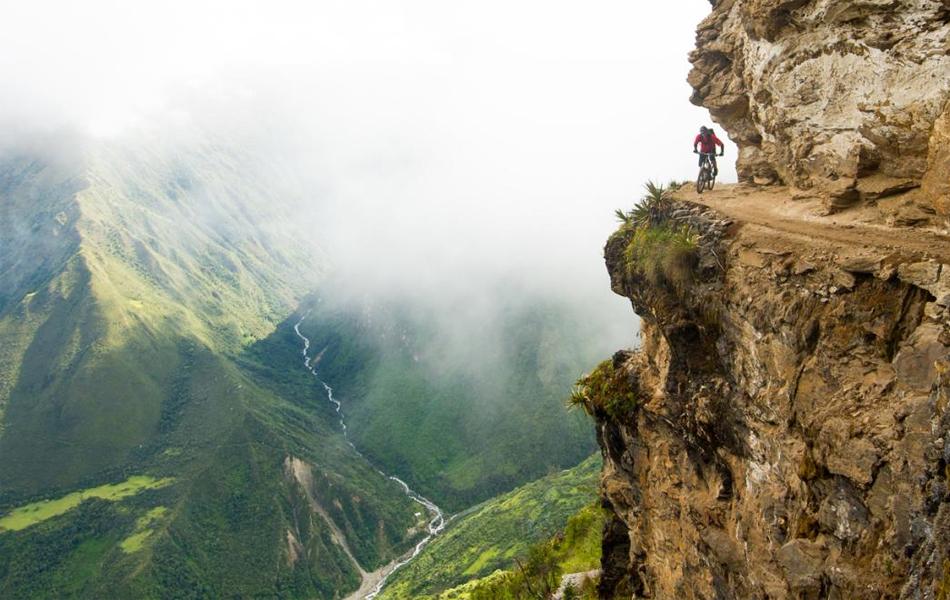 Перу В течение десяти дней фотограф Марк Уилборн ехал по югу Перу в поисках нового маршрута к городу инков Choquequirao. Случайно повернувшись у руин алтаря, Марк увидел ведущую вдоль пропасти дорогу: как раз подул ветер и унес обрывки скрывающего тропу тумана. Риск был невероятен — но и результат того стоил.