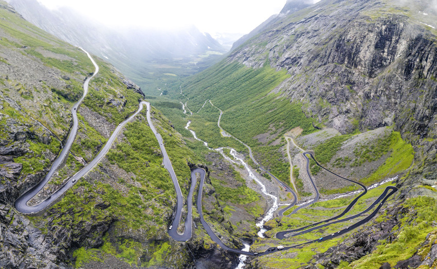 Дорога троллей, Норвегия Проехаться по этому горному серпантину можно только весной или летом: на осенне-зимний период дорогу закрывают. Дорога имеет 11 резких поворотов, а местами ее ширина не превышает 3,3 метра.