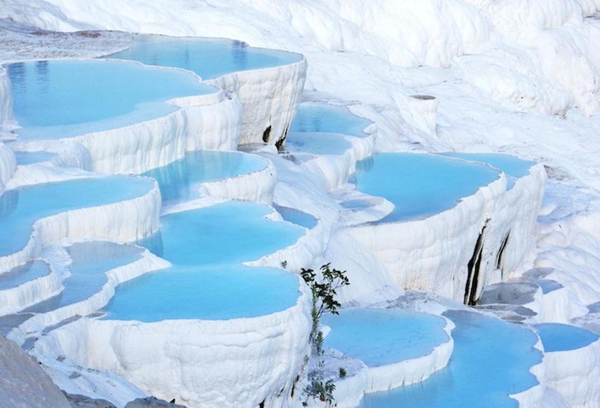 Памуккале, Турция 17 геотермальных источников с температурой воды от 35 до 100 °C образовали целую систему причудливых водоемов. По форме они напоминают террасы. Выполнены природные резервуары из травертина.