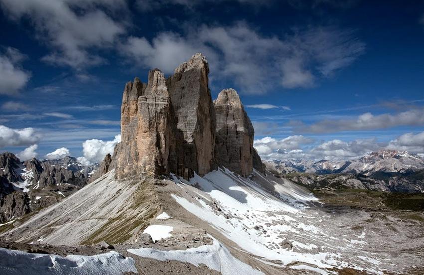 Трэ Чиме ди Лаваредо, Италия Горный массив в Восточных Альпах 6 лет назад был включен в список Всемирного наследия Юнеско. Три необычных пика — Трэ Чиме ди Лаваредо — являются самой известной горной грядой Доломитовых Альп. Вершины, похожие на зубцы, считаются наиболееэффектной панорамой в Доломитах. В этом районе есть горный приют Локателли, который фотографы превратили в главное место съемок трех пиков.