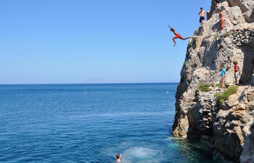 Санторини, Греция Больше всего подходящих для головокружительных прыжков мест в Греции можно найти на Санторини. На острове располагается с десяток скал разной формы и высоты, с которых можно совершить прыжки разного уровня сложности.