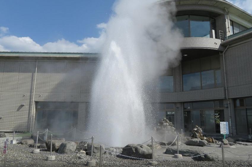 Сувако, Нагано, Япония В Нагано можно понаблюдать не только за снежными обезьянами, отогревающимися в горячих источниках. Здесь располагается один из самых больших в мире гейзеров. С интервалом около одного час из гейзера вырывается струя воды высотой 40-50 метров.