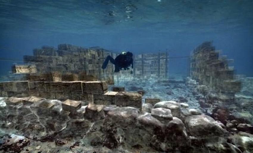 Павлопетри, Греция Павлопетри стал самым первым подводным городом, который был обнаружен археологами. Дворцы, гробницы и другие строения остались почти в том же виде, как и тысячи лет назад. Месторасположение города впервые было нанесено на карту в 2009 году. Археологи с удивлением обнаружили, что город занимает более 30 000 квадратных метров. Предположительно, город ушел под воду в 1000 году до н.э. в результате землетрясения.