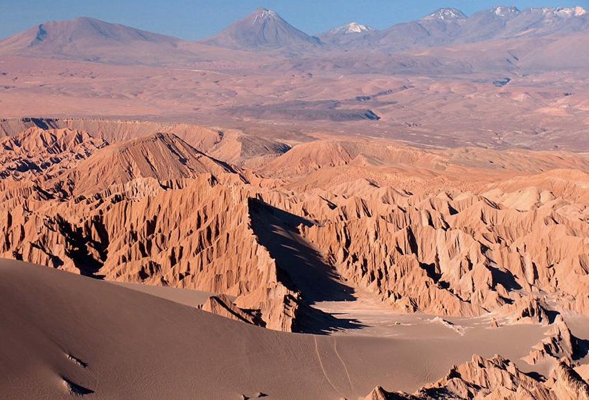 Пустыня Атакама, Чили Самая сухая пустыня Земли используется исследователями NASA для тестирования космических аппаратов, предназначенных для изучения поверхности Марса. Считается, что грунт пустыни схож с породами «Красной планеты». В нем содержится незначительное количество влаги, а в отдельных областях дождь не выпадает по несколько десятков лет, из-за чего жизнь там полностью отсутствует.