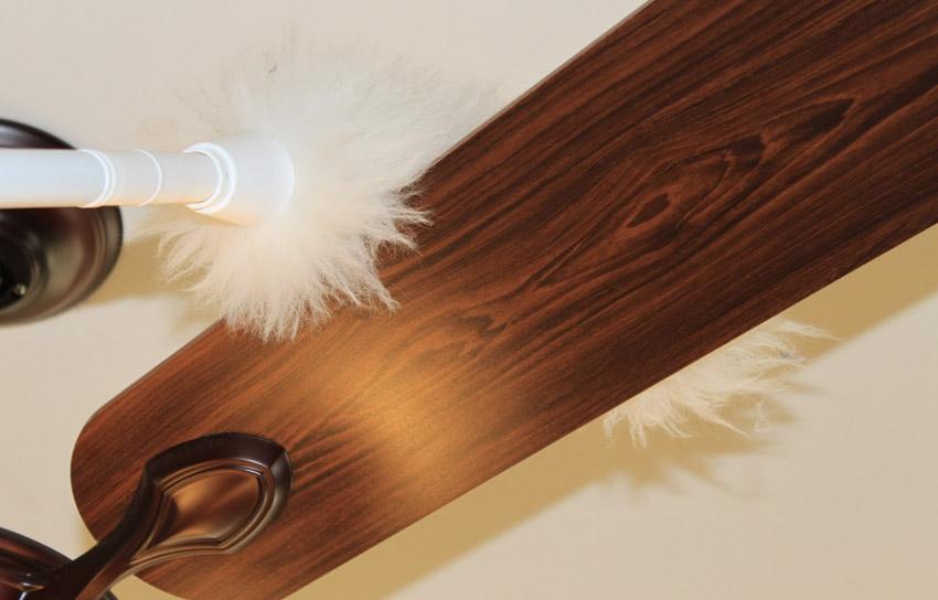 Метелка для уборки пыли Пыль с поверхностей, до которых сложно дотянуться, можно вытирать специальной метелкой. Она вполне эффективно работает против небольших слоев пыли. Покрытые толстым слоем пыли места придется пылесосить или протирать влажной тряпкой.