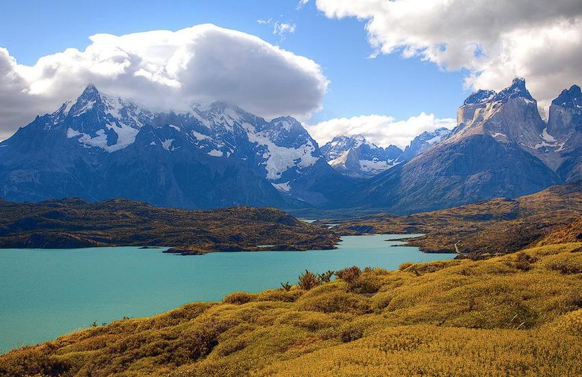 Торрес дель Пайне, Патагония, Чили Этот чилийский край славится космическими пейзажами. Разглядеть их неспешно во всех деталях можно в национальном парке Торрес дель Пайне. Символом парка являются три иглоподобные гранитные горы, чья высота составляет от 2600 до 2850 метров. Лучший вид на них открывается со смотровой площадки Мирадор Крус дель Кондор: отсюда видны горы, каньон реки Колка, а если повезет — можно увидеть полеты кондоров.