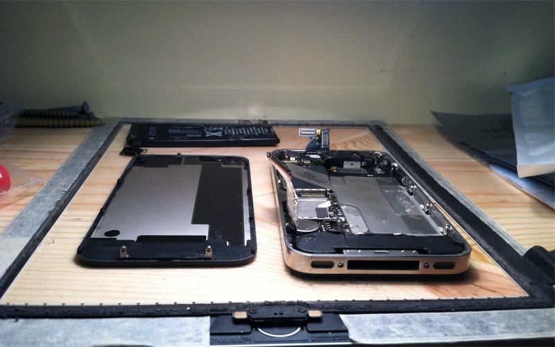 Разобрать В первую очередь, постарайтесь добыть из гаджета батарею: попавшая сюда вода может привести к короткому замыканию — в этом случае телефон уже спасти не получится. Вообще, постарайтесь разобрать (безболезненно) смартфон на как можно большее количество деталей. С некоторыми аппаратами это получится довольно просто, а вот IPhone позволит себя только выключить.