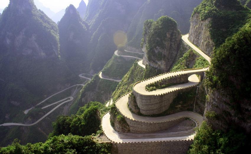 Дорога Tianmen Mountain, Китай Протяженность дороги составляет 10 км. Дорога имеет 99 крутых поворотов, а перепад высот между ее начальной и конечной точкой составляет 1000 метров.