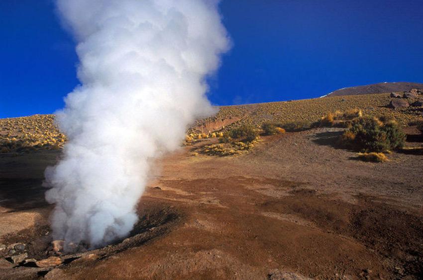 Эль Татио, Чили Долина гейзеров располагается в Андах, на высоте 4320 метров. Место признано самым высоким в мире плато с геотермальной активностью гейзеров. В парке насчитывается около 80 активных источников. Максимальная высота извержений составляет около 30 метров.
