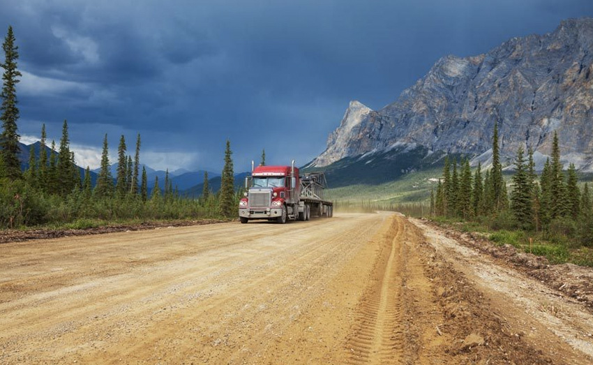Шоссе Далтон, Аляска Дорога считается одной из самых изолированных в мире. Проходит она вдоль Транс-Аляскинского трубопровода, в районе которого можно встретить разве что лесную живность. Отправляясь в поездку по этому шоссе, запасы еды и воды необходимо брать впрок: на 667-километровом шоссе есть всего три поселка, в которых живут 60 человек.