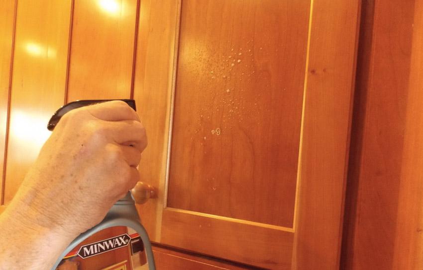 Жир на кухне Со скоплениями жира на кухонной мебели лучше всего справляется чистящее средство на апельсиновом масле. Его наносят в небольшом количестве на поверхность и оставляют примерно на 1 час. Также можно воспользоваться менее щадящими, но более бюджетными народными средствами. Особо стойкие жировые загрязнения можно попробовать очистить с помощью пищевой соды, смоченной водой. Избавиться от свежих отложений жира поможет обычное чистящее средство: одну столовую ложку необходимо развести в 3,8 литра воды. Независимо от выбора средства, перед тем как приступить к уборке, протестируйте его на мало видном участке вашей мебели, чтобы убедиться, что оно не изменяет ее цвет и структуру.