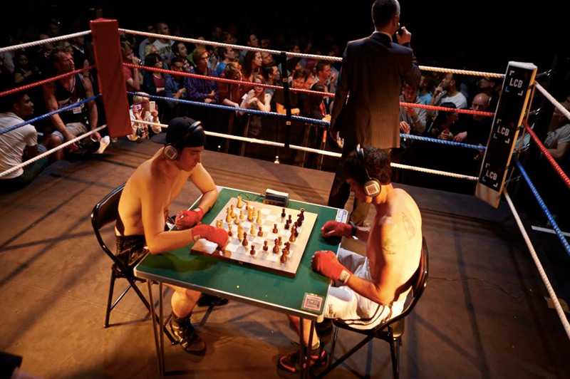 Шахбокс Этот вид спорта появился на стыке двух абсолютно разных дисциплин — шахмат и бокса. Бой включает 11 раундов. По нечетным соперники пытаются поставить мат, а по четным — отправить противника в нокаут.