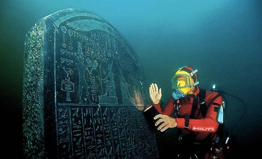 Гераклеон и Канопус, Египет Гераклеон и Канопус называли городами-побратимами, охраняющими ворота Египта. Более 1200 лет назад после потопа они скрылись под водой. Предположительно, города были построены над гигантскими пустотами, заполненными водой, и в какой-то момент под тяжестью конструкций они провалились. До их открытия в 1999 году единственным доказательством их существования оставались рукописи историков и рассказы из мифологии. Древние руины были обнаружены на глубине 7 метров. Со своими многочисленными храмами, статуями и домами оба города оказались буквально замороженными во времени.
