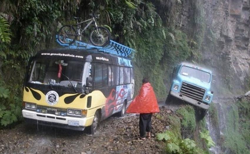 North Yungas, Боливия Неофициальное название этой дороги — дорога смерти. Шоссе соединяет города Коройко и Ла-Пас. Дорога очень узкая, местами настолько, что с трудом на ней помещается один автомобиль. Асфальта хватило лишь на первые несколько километров дороги, оставшаяся часть дорожного полотна представляет собой смесь глины и грязи.