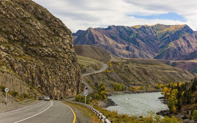 Горный Алтай. Трасса М-52 Чуйский тракт является главной транспортной артерией Алтая и одновременно одной из самых прекрасных дорог России. Тракт проходит насквозь через весь горный Алтай, показывая местные пейзажи во всем великолепии. Дорога стелется прочь до самой границы с Монголией и, постепенно, альпийские луга и заснеженные горные вершины сменяются пустынными безграничными степями, от которых захватывает дух.