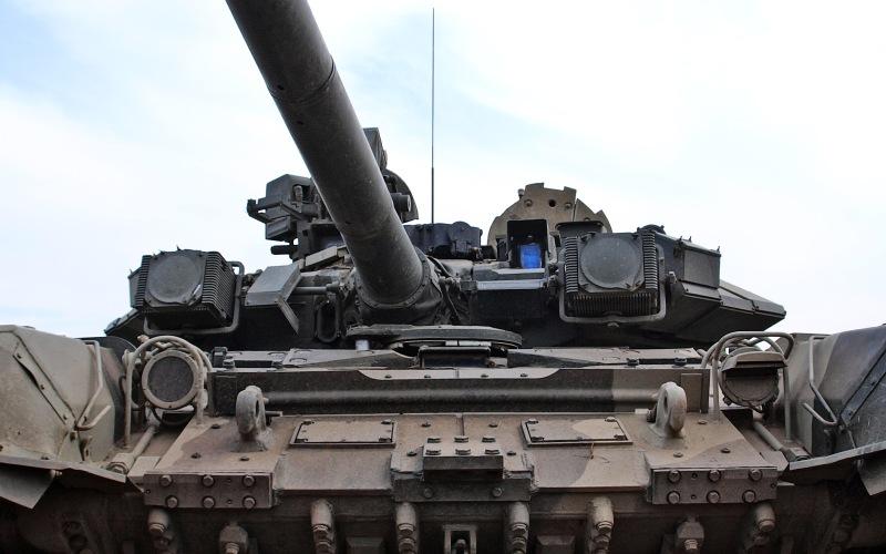 Экипаж Весьма необычна планировка размещения экипажа. Члены экипажа будут расположены в специальной бронированной капсуле в передней части корпуса, отдельно от орудийной башни. Это позволило уменьшить размеры танка, что делает его менее заметным на поле боя. Кабина отделена от отсека с боекомплектом прочной бронестенкой. Это позволит обезопасить жизни членов экипажа, если вражеский снаряд попадет в боевое отделение.