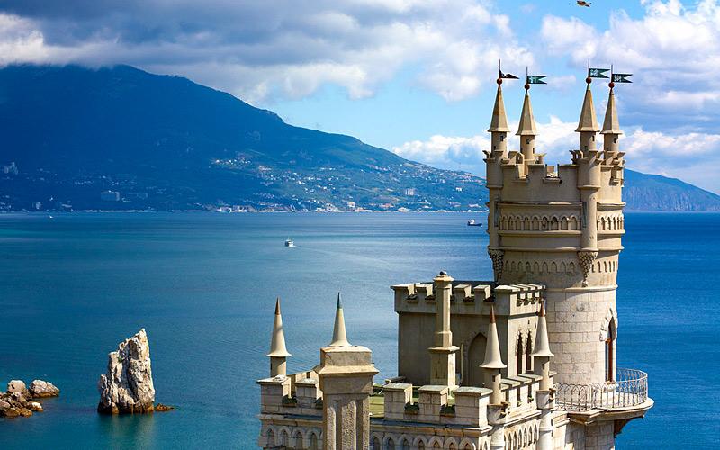 Ласточкино гнездо Этот грозно выглядящий готический замок, расположенный на самом утесе, на самом деле был построен не в эпоху мрачного средневековья, а всего-навсего столетие назад – в 1912 году. Такую планировку заказал немецкий промышленник барон фон Штенгель, пожелавший, чтобы его «дача» своим видом напоминала ему о родине. В начала Первой мировой барон срочно продал замок, и после реконструкции строение превратилось в открытый ресторан.