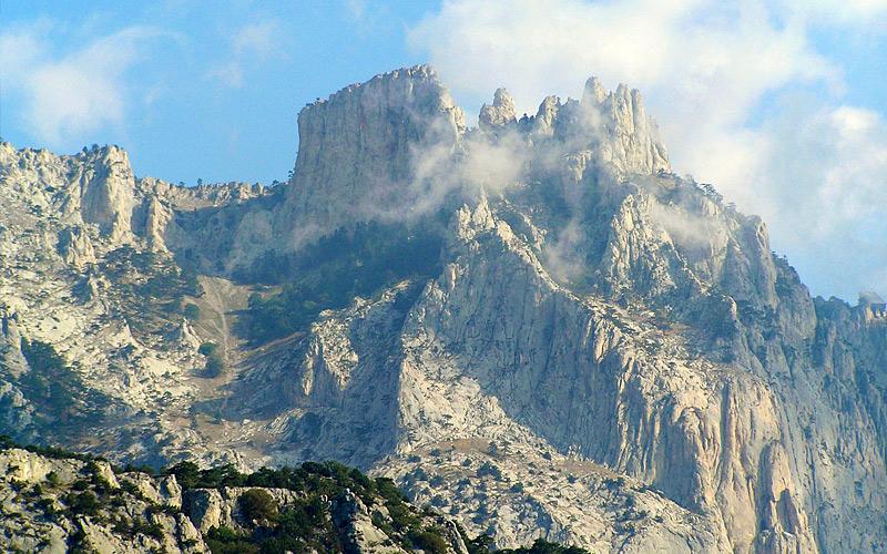 Гора Ай-Петри Одно из самых популярных среди туристов место на карте Крымского полуострова. Когда-то здесь располагался греческий храм Святого Петра (Ай-Петри на греческом), руины которого здесь сохранились и по сей день. На вершину горы можно добраться на канатной дороге, признанной, кстати, самой длинной в Европе. С самой высокой точки горы под названием Рока (1346 метров) открывается потрясающий вид на Ялтинский горнолесной заповедник и побережье Крымского полуострова.