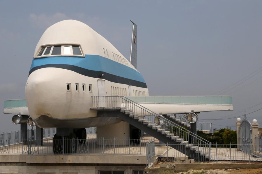 Аэробус Еще одна попытка превратить свое жилище в самолет — на этот раз, более удачная. В качестве прототипа выступил Airbus A380. Хозяин дома предпочитает оставаться анонимом но, скорее всего, профессия его так или иначе связана с небом.