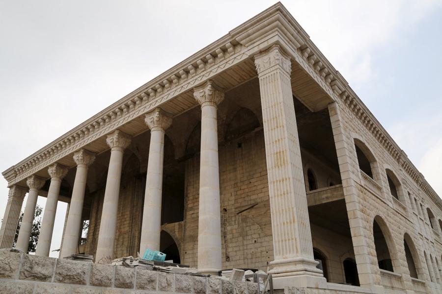 Греческий храм В небольшой деревушке Мицара, севернее Лебанона, сосредоточено сразу несколько странных, но жилых построек. Этот домик выстроен, к примеру, в форме древнегреческого храма.
