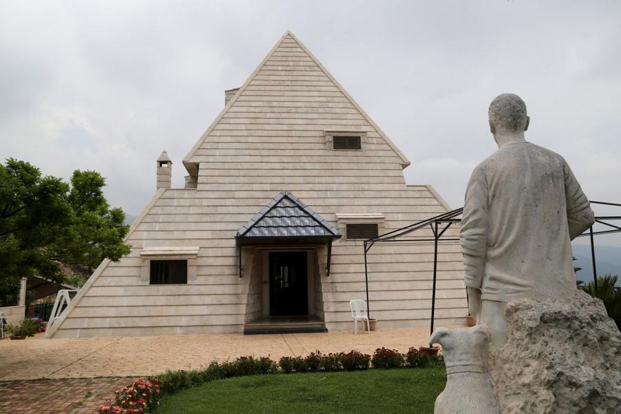 Пирамида В той же деревне есть и еще один любитель древностей, предпочитающий историю египетскую. Его жилище, как можно было бы догадаться, выстроено в форме пирамиды. Есть ли там усыпальница?
