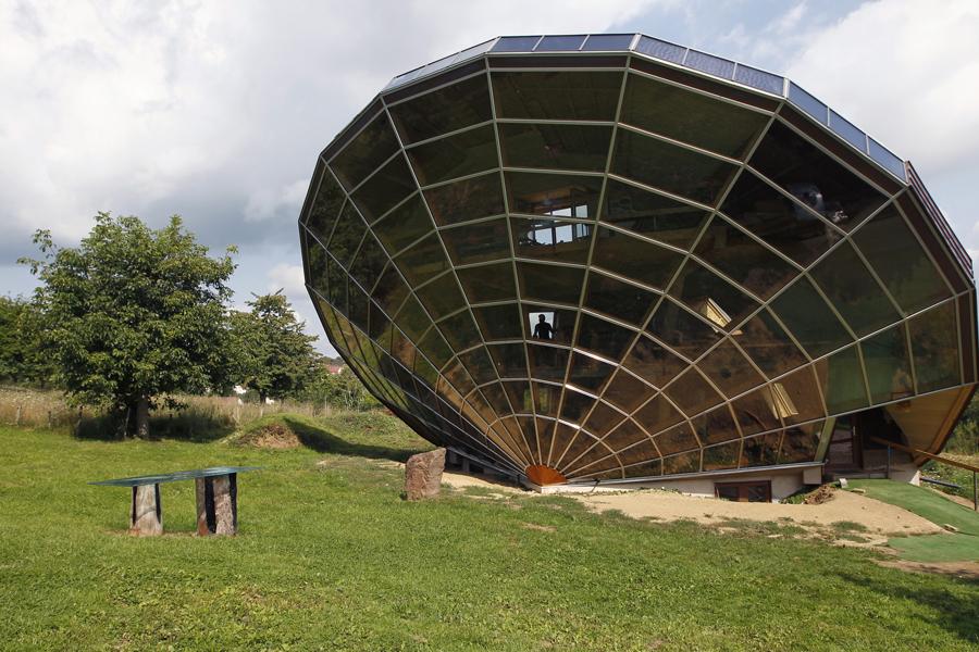 Гелиодом Дом солнца стоит недалеко от Страсбурга. Он построен так, чтобы в течение всех летних месяцев комнаты сохраняли тень и прохладу, а зимой солнце согревало помещение максимальным образом.