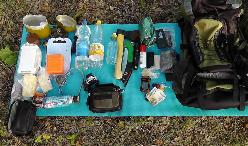 Снаряжение Первый пункт —грамотно собрать рюкзак. Иметь с собой запасной комплект удобной одежды, спальник и, если подразумевается задержаться в лесу на два-три дня, палатка. В обязательном порядке должны быть спички, топор, компас, нож и фонарь. Этого вам хватит, чтобы выбраться из практически любой внештатной ситуации.