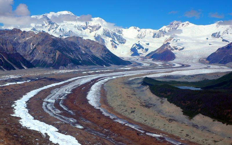 Национальный парк и заказник Рангел-Сент-Элайас Площадь: 53321км²  Национальный парк Рангел-Сент-Элиас находится в южной части Аляски. Это самый большой национальный парк в США. Парк является объектом Всемирного наследия Юнеско и входит в международный биосферный заповедник. Расположенная в парке гора Сент-Элиас является второй по высоте вершиной в Канаде и США.