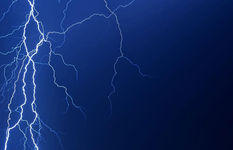 Прятаться под деревьями Не стоит искать спасения от разбушевавшейся стихии под деревом. Тем более, под высоким. От дождя оно вас, может быть, и спасет, а вот молния вполне может сюда ударить, как в самую высокую на местности точку.