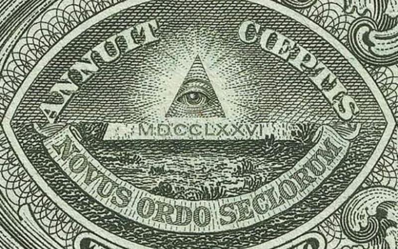 Иллюминаты Под иллюминатами чаще всего подразумевается «Орден иллюминатов» профессора Адама Вейсхаупта, существовавший в 1700 годах. Его задачей было всестороннее улучшение церкви и достижение всеобщего благоденствия. Правитель Баварии Карл Теодор назвал иллюминатов одной из ветвей нелегального сообщества масонов и объявил об уголовном преследовании членов общества, поставив в истории точку в 1787 году. Официально орден перестал существовать, но считается, что его оставшиеся члены не оставили свое дело и просто ушли в подполье. Иллюминатам приписывают организацию Великой Французской Революции, покушение на Джона Ф. Кеннеди, а также влияние на мировую политику в современном мире.