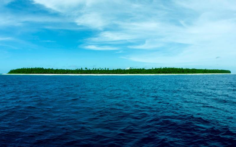 Остров Суэйнс Территориальный спор: США и Новая Зеландия Остров Суэйнс является атоллом и располагается в Тихом океане к северу от Самоа. Административно входит в состав Американского Самоа. Географически же он относится к Токелау – зависимой территории под управлением Новой Зеландии. На острове проживает 37 человек, занятых, в основном, сбором кокосов. В 1856 году американец Эли Хатчисон Дженнингс построил на острове кокосовую плантацию, заявив, что купил права на атолл у британского капитана Тернбулла. Его семья владела островом вплоть до 1925 года, пока Суэйнс не попал под юрисдикцию Американского Самоа. 25 марта 19981 года Новая Зеландия признала американский суверенитет над островом Суэйнс, но референдум в 2006 году вернул его в состав Токелау, т.е. Новой Зеландии.