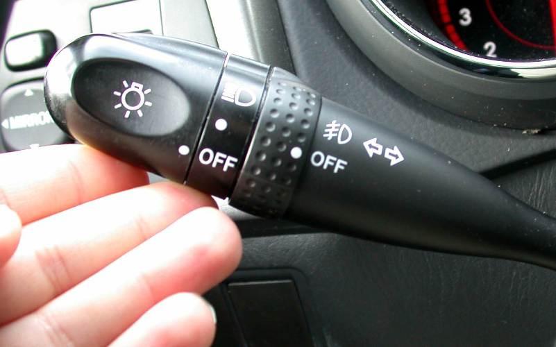 Поворотники Сигнал поворотапредупреждает любого следующего за вами или впереди вас водителя о ваших маневрах. Крайне важно включить поворотник при неудачном обгоне, когда единственным возможным выходом избежатьаварииостается только выруливание на встречную обочину. Сигнал поворота предупредит встречный автомобиль о вашем маневре, позволив избежать столкновения лоб в лоб.