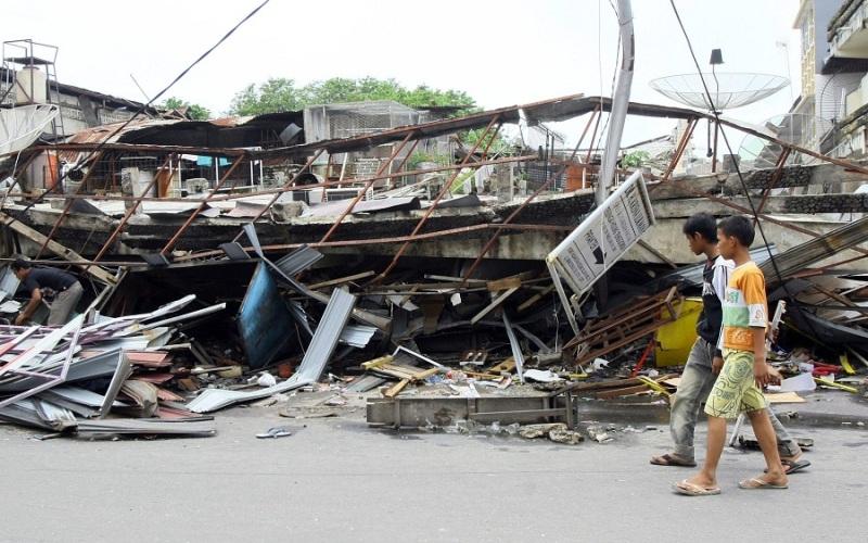 Банда-Ачех Индонезия находится в самой сейсмически активной зоне планеты, и поэтому землетрясениями здесь никого не удивишь. В частности, остров Суматра, постоянно оказывается практически прямо в эпицентре подземных толчков. Исключением не станет и новое землетрясение, прогнозируемое сейсмологами, с эпицентром в 28 км от города Банда-Ачех, которое произойдет в ближайшее полгода.