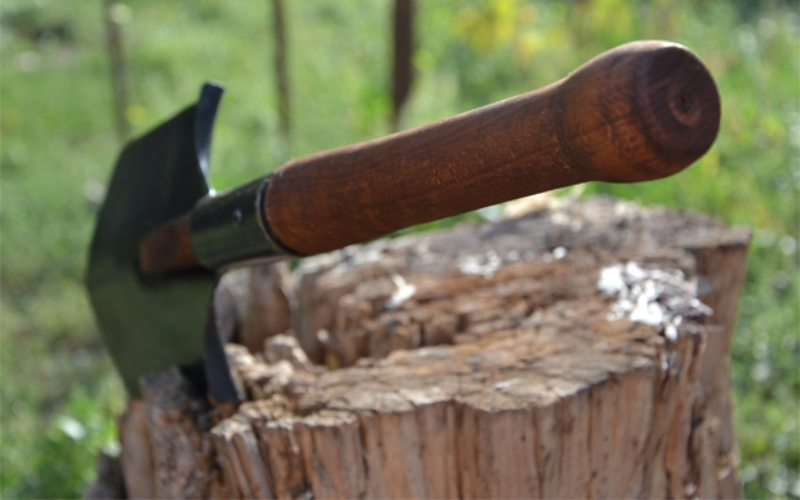 Кому дают Лопаткой, несмотря на приставку «саперная», оснащены обычные пехотные подразделения. Она, собственно, и предназначена солдатам. В условиях ведения огня инструмент, который позволяет максимально быстро соорудить небольшой окоп, просто незаменим.У бойца российской армии МПЛ-50 (малая саперная лопатка, длиной 50 см.) постоянно с собой. Это, в какой-то мере, обусловлено универсальностью инструмента: правильно обученный солдат способен только одним этим инструментом и убивать, и жизни спасать.