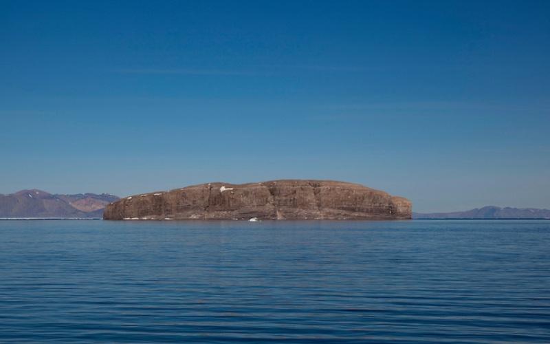 Остров Ганса Территориальный спор: Канада и Дания Долгие годы Канада и Дания никак не могли поделить этот маленький необитаемый остров в самом центре пролива Кеннеди. Спор восходит к 1980-ым годам, когда военные моряки обеих стран оставляли на острове бутылки из-под спиртного, отмечая, таким образом, свои территории. Этот период вошел в историю под именем «Бутылочной войны». Напряжение возросло в начале 2000-х, когда датчане установили на острове флаг своей страны, чем безумно разозлили канадцев. В июле 2005 года военно-морской флот Канады ответил тем, что спустил флаг «неприятеля» и установил флагшток с канадским кленовым листком. В 2012 году обе стороны пришли к поистине соломонову решению поделить остров на две равные части.