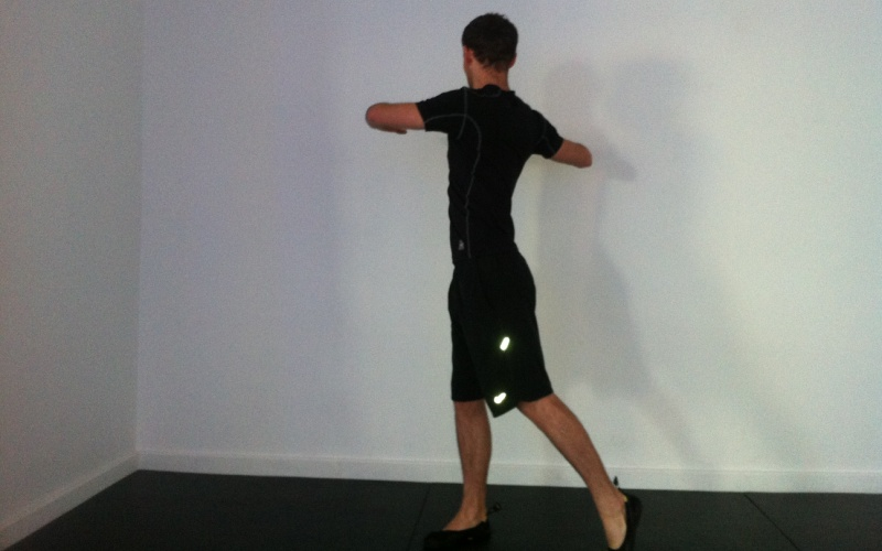 Повороты туловища Встаньте прямо, ноги на ширине плеч, руки вытянуты прямо перед собой. Слегка согните колени и начинайте выполнять повороты корпусом влево и вправо. Нижняя половина туловища при этом должна оставаться неподвижной. Можно усложнить это упражнение, начав при поворотах сгибать противоположную направлению движения ногу в колене. Делайте по 10-15 поворотов в каждую сторону.